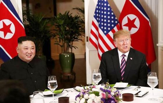 Tổng thống Donald Trump và Chủ tịch Kim Jong-un bắt tay tại Hà Nội ảnh 5