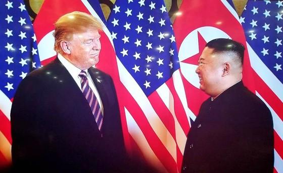Tổng thống Donald Trump và Chủ tịch Kim Jong-un bắt tay tại Hà Nội ảnh 4