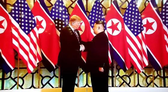 Tổng thống Donald Trump và Chủ tịch Kim Jong-un bắt tay tại Hà Nội ảnh 2