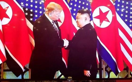 Tổng thống Donald Trump và Chủ tịch Kim Jong-un bắt tay tại Hà Nội ảnh 1