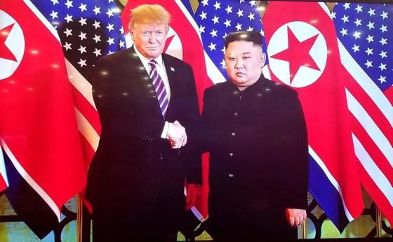 Tổng thống Donald Trump và Chủ tịch Kim Jong-un bắt tay tại Hà Nội ảnh 3