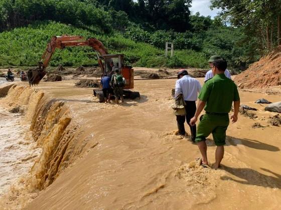 Thêm một vụ sạt lở vùi lấp 11 người tại Quảng Nam, 200 công nhân thủy điện bị cô lập ảnh 5