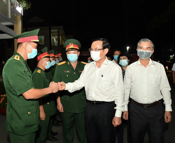 Bí thư Thành ủy TPHCM Nguyễn Văn Nên thăm, chúc tết quân đội, công an đêm 30 Tết ảnh 1