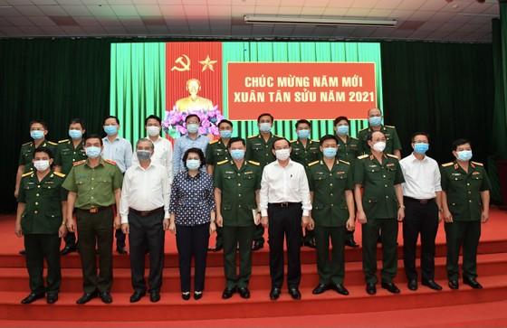 Bí thư Thành ủy TPHCM Nguyễn Văn Nên thăm, chúc tết quân đội, công an đêm 30 Tết ảnh 2