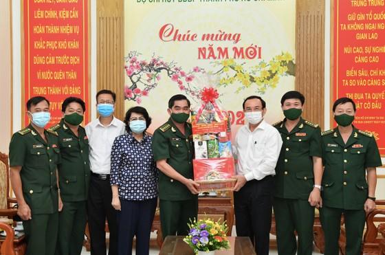 Bí thư Thành ủy TPHCM Nguyễn Văn Nên thăm, chúc tết quân đội, công an đêm 30 Tết ảnh 3
