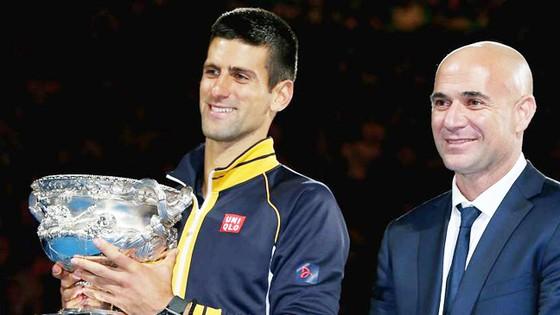 Andre Agassi (phải) sẽ làm việc với Novak Djokovic từ sau Rome Masters.