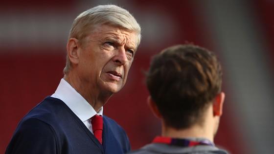 Arsene Wenger cũng vừa than phiền vì Arsenal phải làm khách ở 5 trong 6 trận trở về từ vòng bảng Europa League.