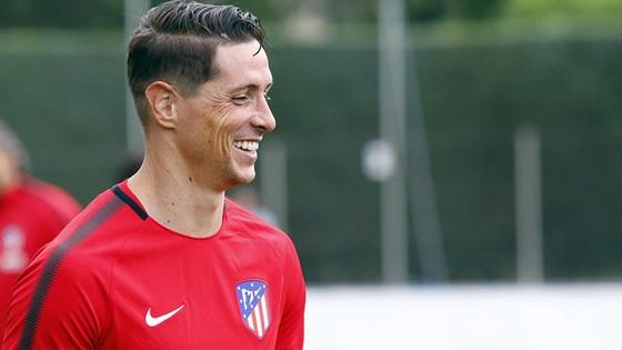 Nụ cười Torres sau khi gia hạn hợp đồng với Atletico.