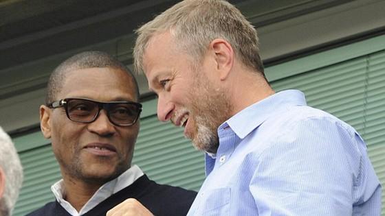 Michael Emenalo (trái) là nhân vật có tiếng nói quan trọng thứ 2 tại Chelsea, chỉ sau ông chủ Roman Abramovich.