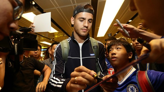 Alvaro Morata đến Singapore để hội quân với Chelsea.