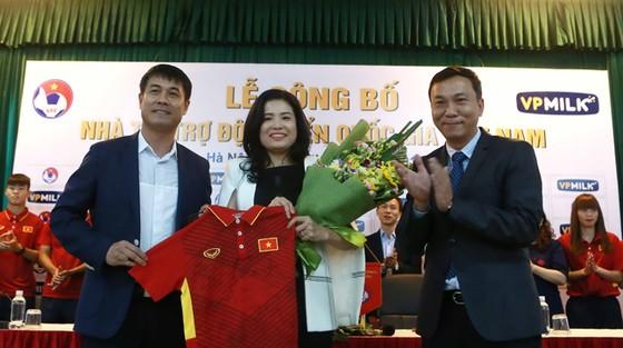 Lãnh đạo VFF, đội tuyển Việt Nam và VPMilk trong lễ ký hợp đồng tài trợ.