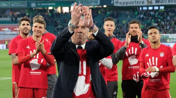 HLV Carlo Ancelotti và Bayern Munich ăn mừng danh hiệu Bundesliga thứ 5 liên tiếp.