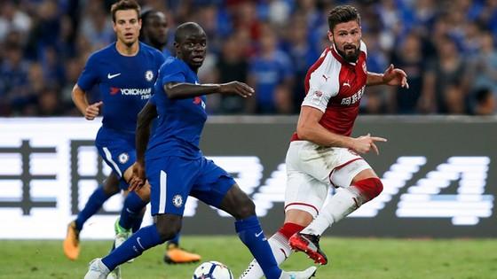 Chelsea (trái) khó trả lại món nợ từng thua tại Cúp FA trước Arsenal.