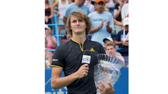 Alexander Zverev tươi tắn bên chiếc cúp vô địch Citi Open.