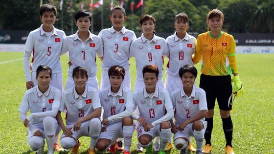 Tuyển nữ Việt Nam trước trận gặp Philippines.    Ảnh: Dũng Phương