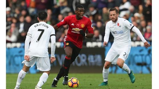 Paul Pogba (Man.United) đột phá giữa phòng tuyến Swansea.