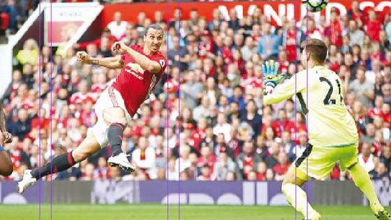 Ibrahimovic ghi bàn trong trận Man.United thắng Leicester 3-0.