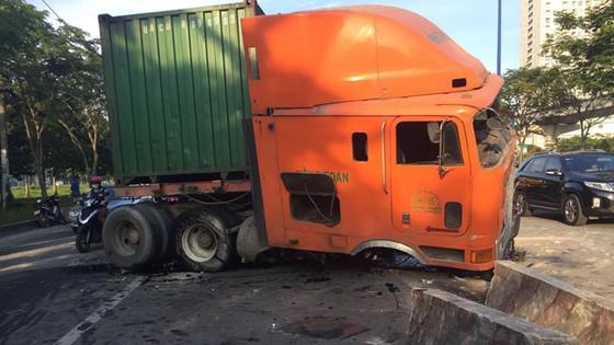 Xe container cày nát gần 50m dải phân cách, giao thông ùn ứ ảnh 1