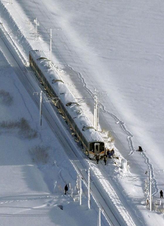 """Tuyết rơi dày """"đóng băng"""" một đoàn xe lửa ở Nhật Bản ảnh 1"""