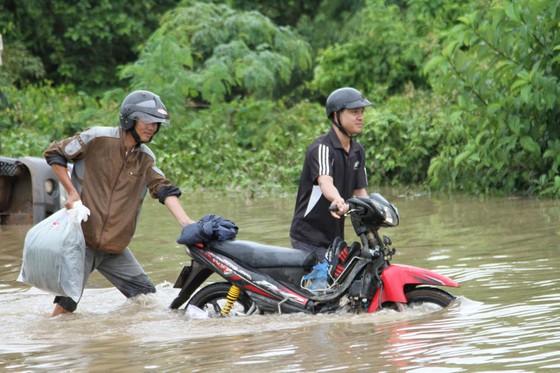 Mưa lớn, 30.000 hộ dân ở Đắk Lắk vẫn đang bị cô lập ảnh 4