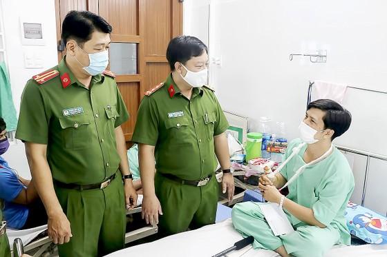 Thăm hỏi các chiến sĩ bị thương trong lúc chữa cháy  ảnh 1