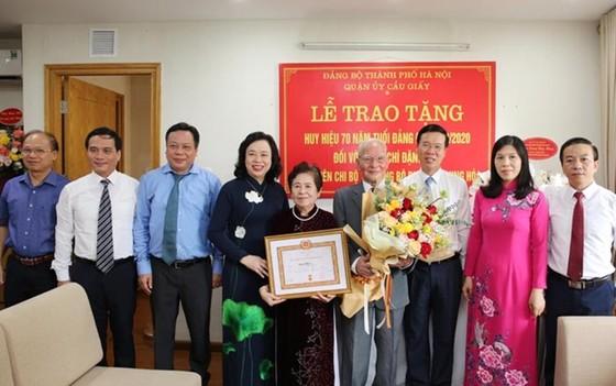 Trao Huy hiệu 70 năm tuổi Đảng cho GS Đặng Hữu và Nhạc sĩ Phạm Tuyên ảnh 1