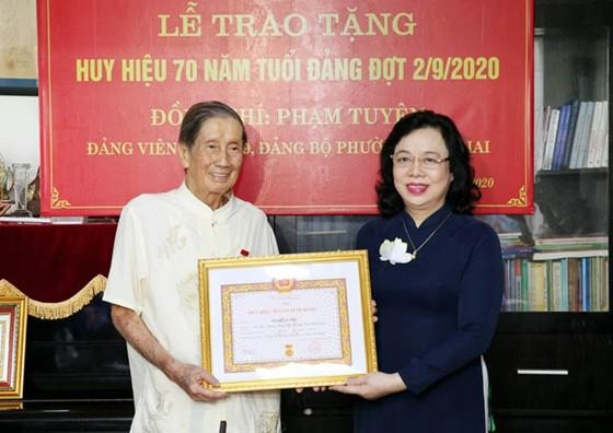 Trao Huy hiệu 70 năm tuổi Đảng cho GS Đặng Hữu và Nhạc sĩ Phạm Tuyên ảnh 2