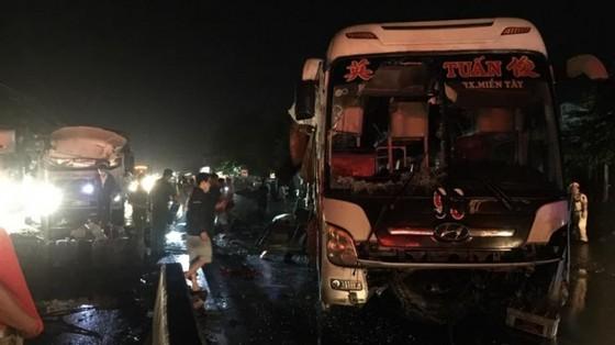 Tiền Giang: Va chạm giữa xe khách và xe tải, 1 người chết, 19 người bị thương  ảnh 1