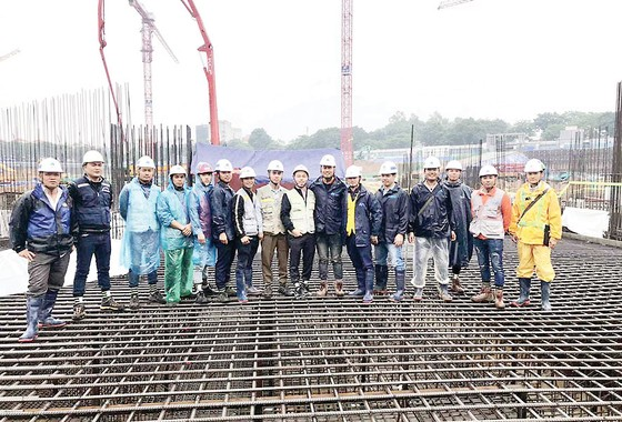 Hòa Bình đổ mẻ bê tông khối lớn dự án Lotte Mall ảnh 1