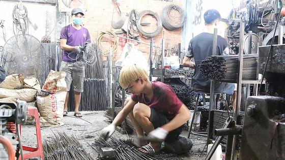 Nhiều lao động có hoàn cảnh khó khăn đã được cơ sở sản xuất trên địa bàn phường 9, quận 6 nhận vào làm việc.  Ảnh: MẠNH HÒA