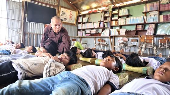 Sư thầy và những đứa trẻ trên dòng Xa Mát ảnh 1