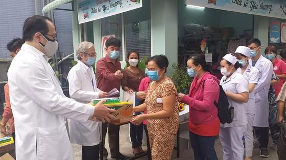 Tặng 200 phần quà tết cho bệnh nhân nghèo và nhân viên y tế khó khăn ảnh 1