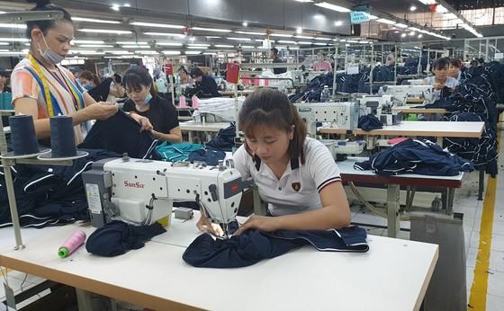 Công nhân may hàng xuất khẩu tại Công ty TNHH Fly High Garment