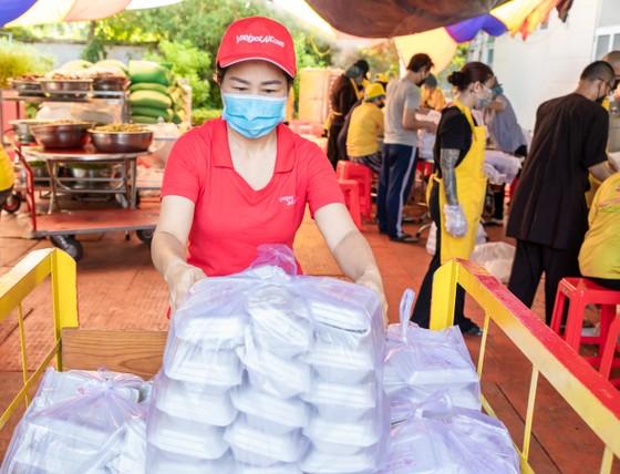 Tập đoàn Sovico tặng 10 xe cứu thương, chuyên chở hàng ngàn y bác sĩ, tặng hàng trăm ngàn suất cơm tại TPHCM ảnh 4
