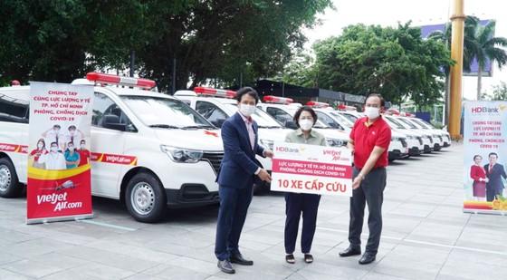 Tập đoàn Sovico tặng 10 xe cứu thương, chuyên chở hàng ngàn y bác sĩ, tặng hàng trăm ngàn suất cơm tại TPHCM ảnh 2