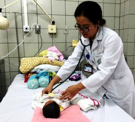 2 trẻ sơ sinh ở Bắc Ninh chuyển lên Bệnh viện Bạch Mai ra viện ảnh 1