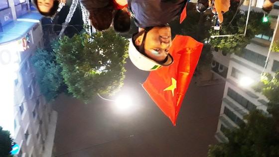 Hà Nội vỡ òa trước chiến thắng của đội tuyển U23 Việt Nam ảnh 8