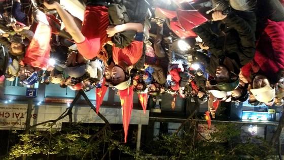 Hà Nội vỡ òa trước chiến thắng của đội tuyển U23 Việt Nam ảnh 1