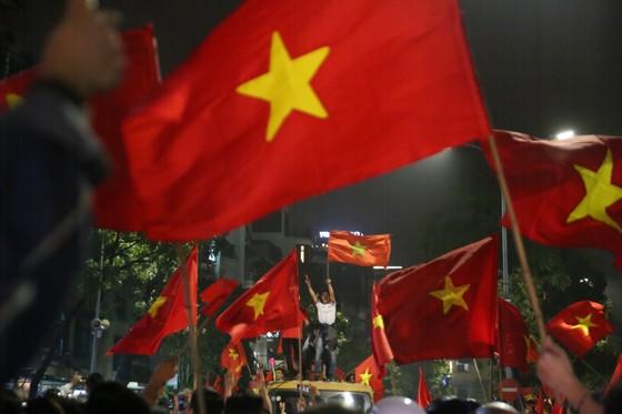 Hà Nội vỡ òa trước chiến thắng của đội tuyển U23 Việt Nam ảnh 5