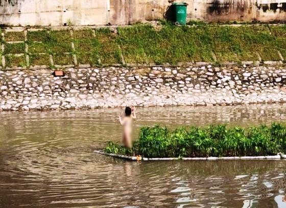 Xác định được cô gái khỏa thân nhảy múa giữa sông Tô Lịch ảnh 1