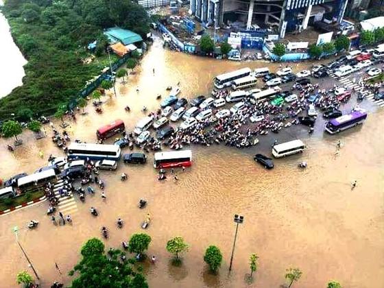 Hà Nội ngập lụt, cây đổ, sạt lở đê do ảnh hưởng bão số 3 ảnh 1