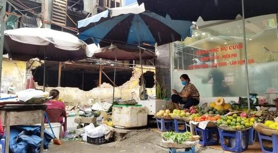 Chợ vẫn họp xung quanh khu vực xảy ra vụ cháy Công ty Rạng Đông ảnh 6