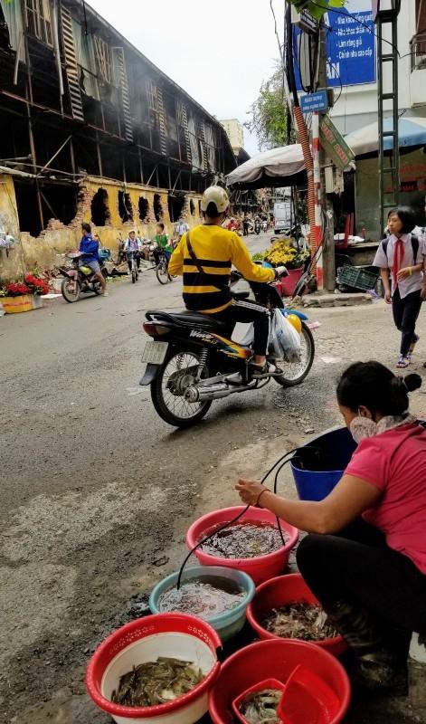 Chợ vẫn họp xung quanh khu vực xảy ra vụ cháy Công ty Rạng Đông ảnh 7