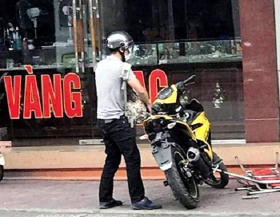 Nam thanh niên bịt mặt lao vào tiệm vàng cướp tiền ảnh 1