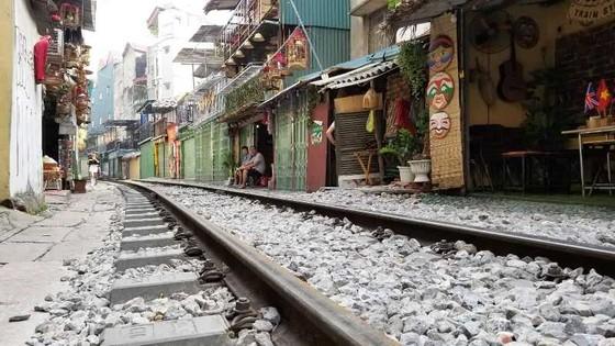 """Sáng nay 10-10, cà phê đường tàu ở Hà Nội """"vắng như chùa Bà Đanh"""" ảnh 3"""