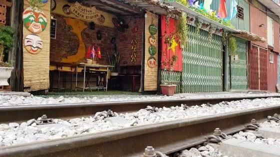 """Sáng nay 10-10, cà phê đường tàu ở Hà Nội """"vắng như chùa Bà Đanh"""" ảnh 4"""