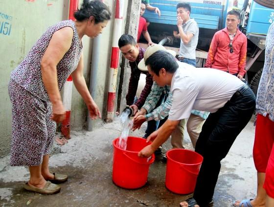 Nước sạch ở Thủ đô có mùi lạ, người dân rồng rắn xếp hàng lấy nước ảnh 3
