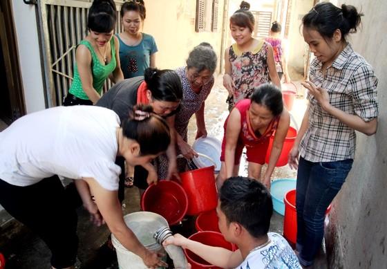 Nước sạch ở Thủ đô có mùi lạ, người dân rồng rắn xếp hàng lấy nước ảnh 2