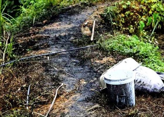 Lộ rõ nhóm người và phương tiện đổ trộm dầu thải gây ô nhiễm nguồn nước sông Đà ảnh 1