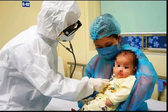 Bệnh nhi 3 tháng tuổi nhiễm COVID-19 đã khỏi bệnh, ra viện ảnh 1